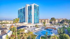 Widok na basen w obiekcie Tonga Tower Design Hotel & Suites lub jego pobliżu