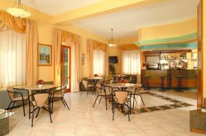 A restaurant or other place to eat at Hotel La Conchiglia