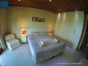 A bed or beds in a room at Residência Angra Deep Blue
