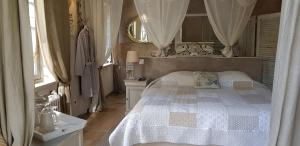 A bed or beds in a room at Le jardin de Saint Jean