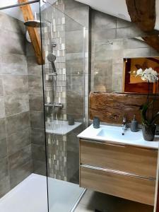 Salle de bains dans l'établissement Ma Longère Bressane
