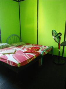 A bed or beds in a room at Scuba Jeff Mabul