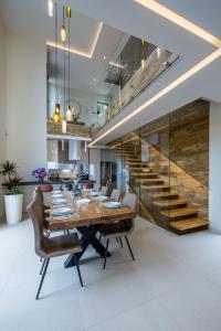 Ein Restaurant oder anderes Speiselokal in der Unterkunft Villa AltaVista - Seaview & Relax with Private MiniGolf & Heated Pool