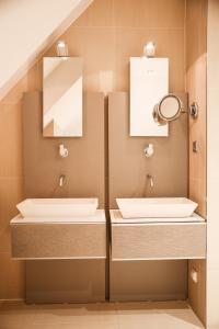 Een badkamer bij Hotel & Spa Savarin
