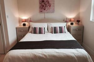 A bed or beds in a room at Arcadia House 4b