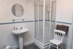 A bathroom at Arcadia House 4b