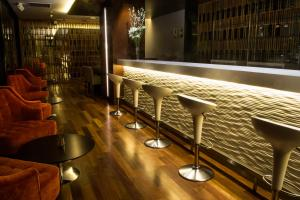 The lounge or bar area at NM Lima Hotel