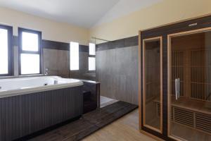 A bathroom at Rodia Inn