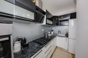 A kitchen or kitchenette at apartman Amigo