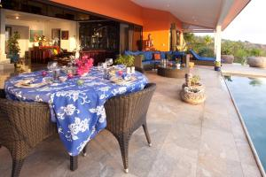 Um restaurante ou outro lugar para comer em Magnifique Villa Vue Mer exceptionnelle