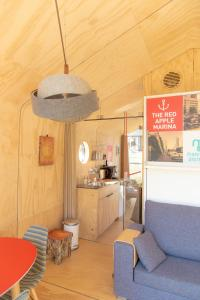A kitchen or kitchenette at Wikkelboats