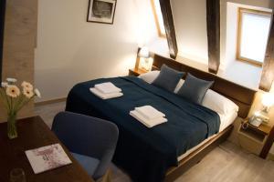 Een bed of bedden in een kamer bij U Medvidku-Brewery Hotel