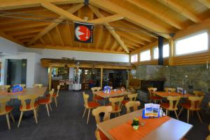 A restaurant or other place to eat at Appartmenthaus Bergfreund
