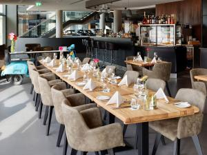 Een restaurant of ander eetgelegenheid bij V8 HOTEL Classic Motorworld Region Stuttgart