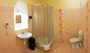 Ein Badezimmer in der Unterkunft Hotel U dvou zlatých klíčů