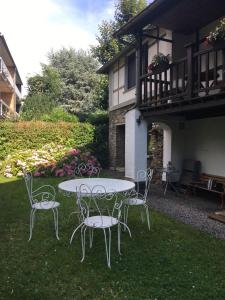 "A garden outside Holiday Home ""Les Ancolies "" Gîte citadin"