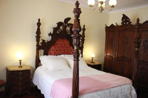 A bed or beds in a room at Graciosa Guest House