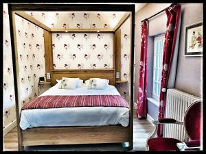 A bed or beds in a room at La Forêt