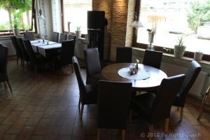 A restaurant or other place to eat at Kaiser´s Weinland Hotel