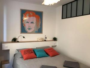 A bed or beds in a room at Le pénéquet : L'appartement du vieux port ☺