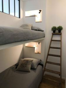 A bunk bed or bunk beds in a room at Le pénéquet : L'appartement du vieux port ☺