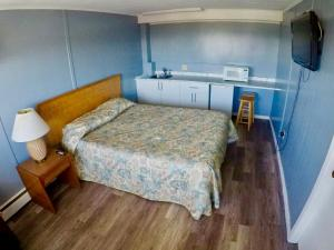 A bed or beds in a room at Hillside Motel