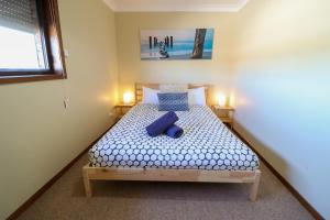 A bed or beds in a room at Anglers Abode
