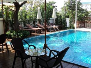 Der Swimmingpool an oder in der Nähe von Suvarnabhumi Suite Hotel