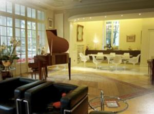 The lounge or bar area at Peonia at Home - Maison d'hôtes d'exception