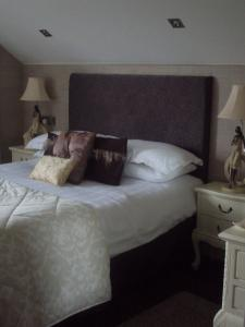 A bed or beds in a room at Causeway Lodge