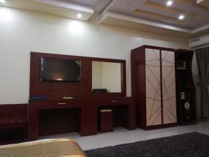 Uma TV ou centro de entretenimento em The Distinctive Palace