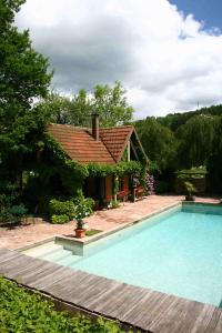 The swimming pool at or near Chambres d'hôtes La ferme de Marion