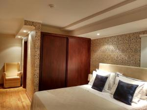 A bed or beds in a room at Quinta da Telheira