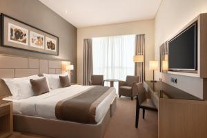 Кровать или кровати в номере TRYP by Wyndham Abu Dhabi City Center
