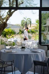 Een restaurant of ander eetgelegenheid bij Sezz Saint-Tropez