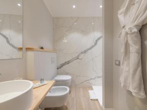A bathroom at AQUAMADRE Suites