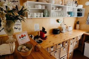 A kitchen or kitchenette at Hafaldan HI Hostel - Harbour Building