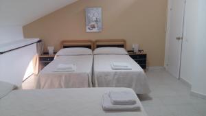 A bed or beds in a room at Pensión El Tabanu