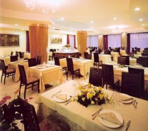 A restaurant or other place to eat at Aris Hotel