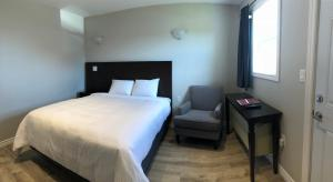 A bed or beds in a room at Kow's Inn