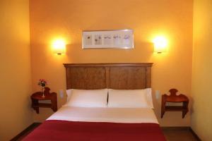 A bed or beds in a room at Apartaments La Taverna dels Noguers