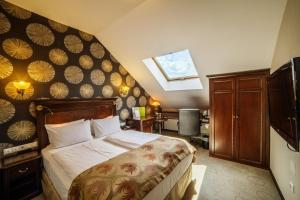 A bed or beds in a room at DoubleTree by Hilton Hotel Sighisoara - Cavaler