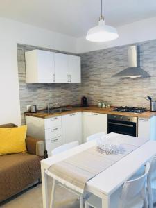 A kitchen or kitchenette at casa serena