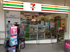 Ein Supermarkt oder andere Läden im Kapselhotel oder in der Nähe