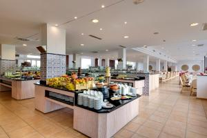 Un restaurante o sitio para comer en Garden Playanatural - Adults Only