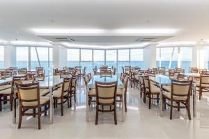 A restaurant or other place to eat at Hotel Brisa Suites