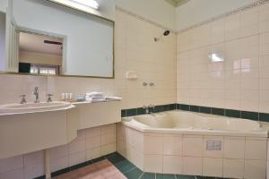 A bathroom at Early Australian Motor Inn