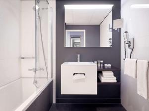 A bathroom at Mercure Hotel Tilburg Centrum
