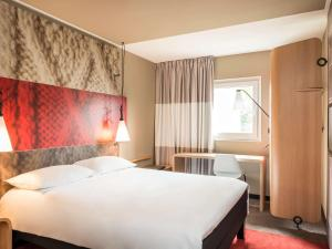 A bed or beds in a room at ibis Marseille Timone