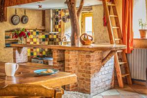 Een restaurant of ander eetgelegenheid bij The Dragon Barn - Studio
